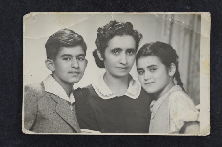 זופיה הלפרין לבית בוסק עם לולק וחיה-חלינה ילדיה