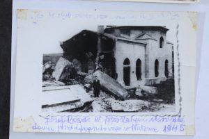 יוסף בוסק ליד בית הלויות העירוני בפלאשוב לאחר המלחמה שנשאר על עומדו