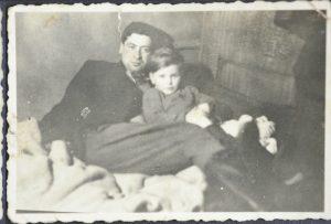 יוסף בוסק עם אוזיו פוזר ילד שניצל על ידי נוצרים 1945