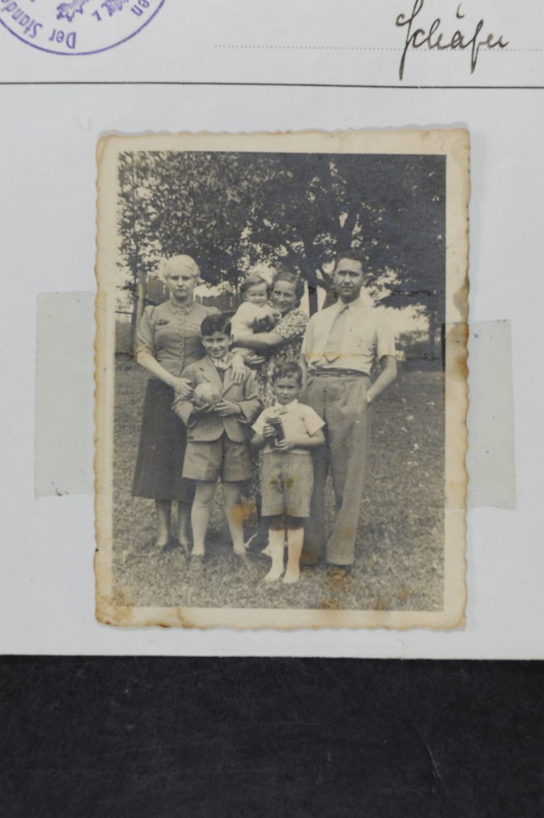 מימין למעלה רומק אלה ורניה בוסק, מינה דונקלבלום, למטה אלי בוסק וזכריה דונקלבלום